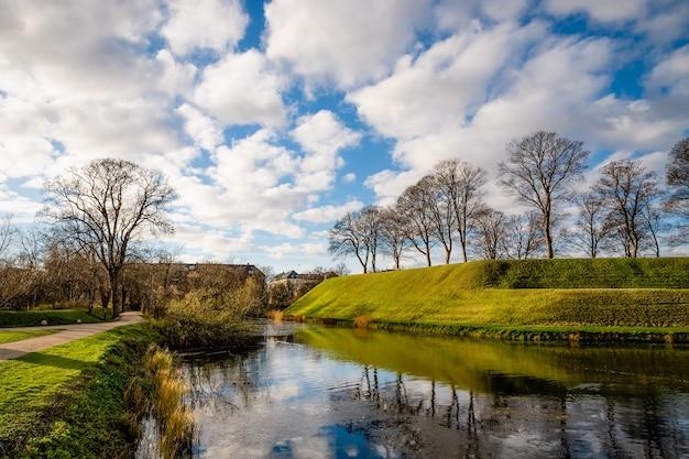 Красивый пейзаж укрепленного парка кастеллет в копенгагене, дания
