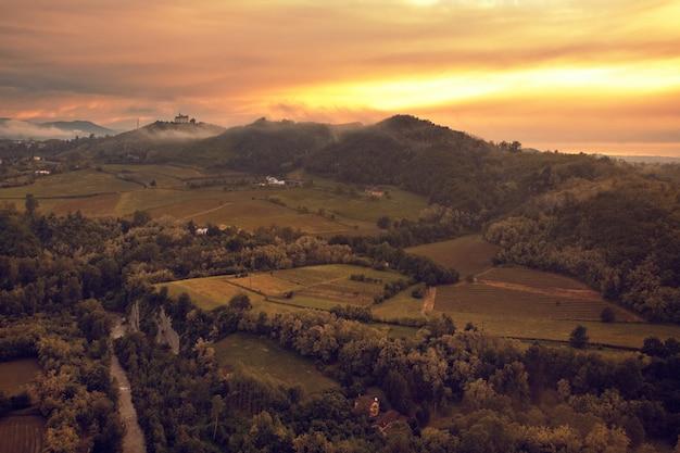 일몰에 이탈리아 피에몬테에 있는 가비 언덕의 아름다운 풍경