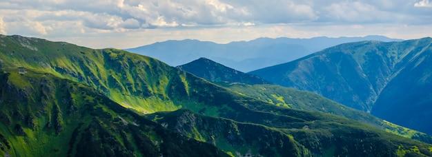 緑の山々の美しい風景