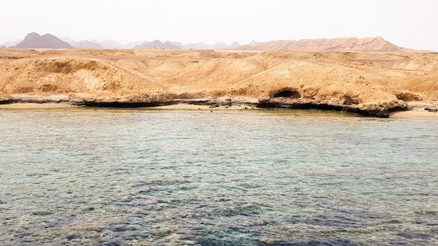 Красивый пейзаж скалистого берега красного моря в очаровательном египетском эль-шейхе.