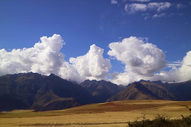 Красивый пейзаж священной долины инков, провинция урубамба, регион куско, перу
