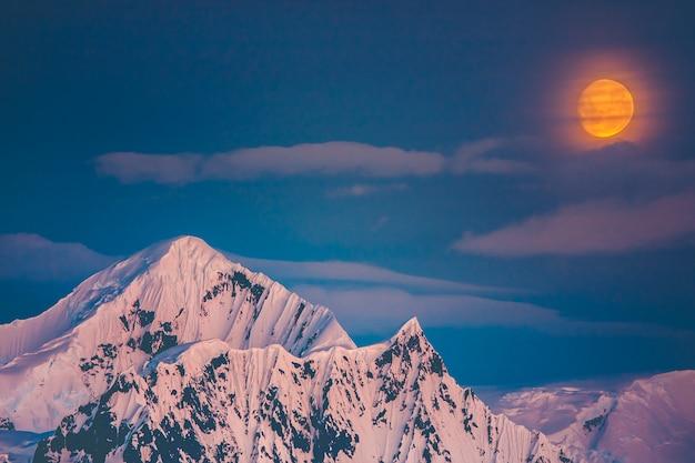 눈 덮인 산의 아름다운 풍경