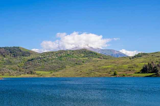 素敵な空と山の美しい風景。