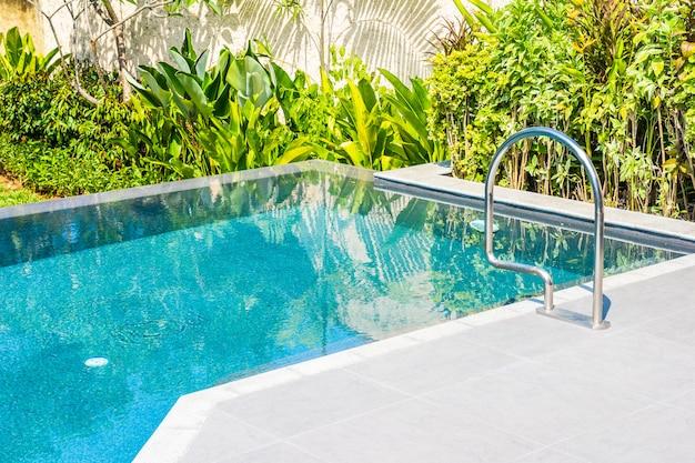 Красивый ландшафтный открытый бассейн в отеле и курорт для отдыха