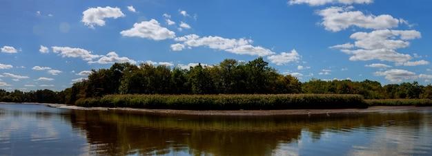 Красивый пейзаж над спокойным озером, облака, река, небо, солнце