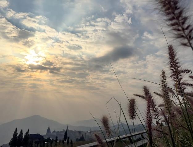 아침에 황금 하늘 산과 그린 필드의 아름다운 풍경 사진