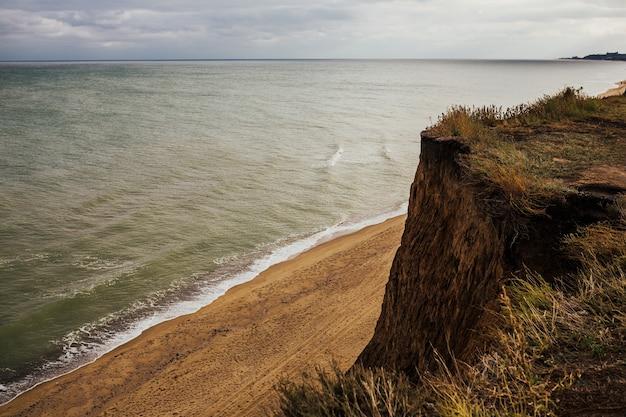 美しい風景、砂浜、泡立つ波のある紺碧の海。素晴らしい空の海岸。