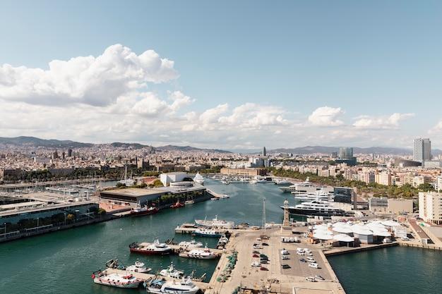 Bellissimo paesaggio della città di mare