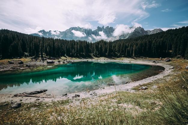 山の湖とイタリアアルプスで撮影した美しい風景