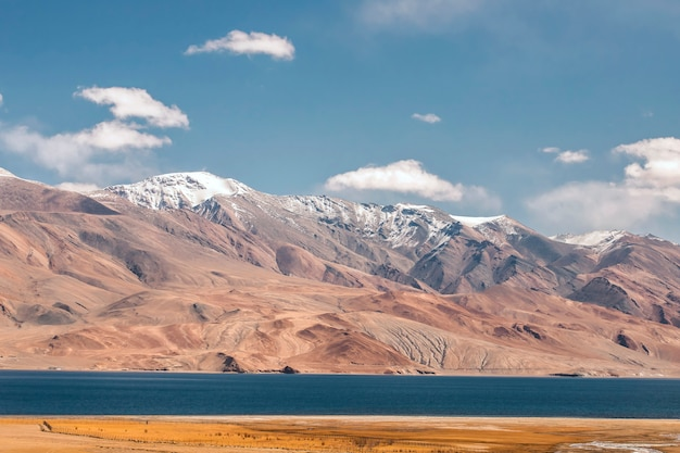 山のある晴れた日の美しい風景、ツォモリリ湖