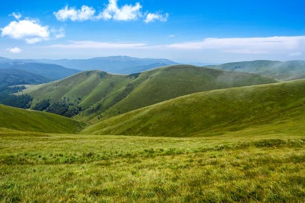 Bello paesaggio delle montagne carpatiche ucraine e del cielo nuvoloso.