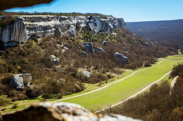 Красивый пейзажный вид с горы на долину