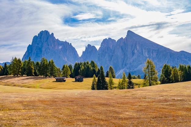 イタリア、オルティセイのアルペディシスルにあるドロマイトユネスコ世界遺産の美しい風景。