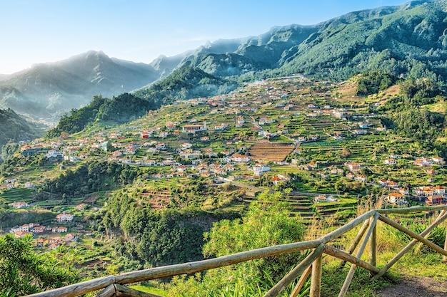 Красивый пейзажный вид на горную деревню, мадейра, португалия.