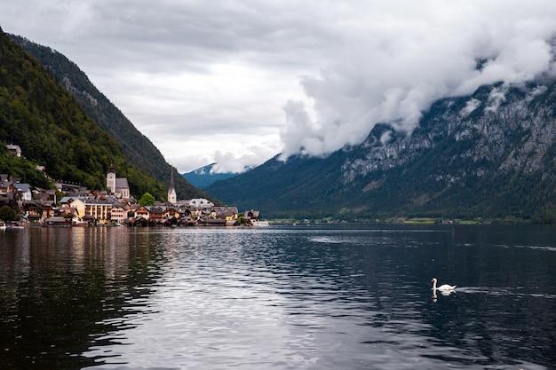 Красивый пейзажный вид на гальштат с озера хальштатер-зе
