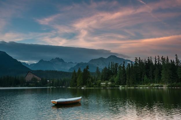 Красивый пейзаж с лодками на озере в окружении высоких гор