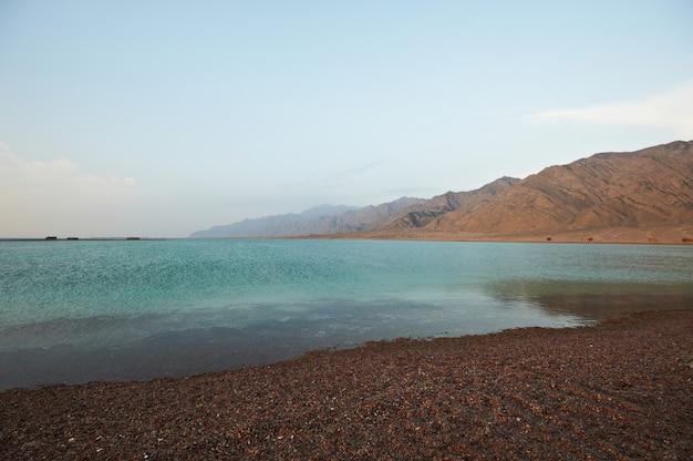 잔잔한 바다와 마을 아름다운 풍경