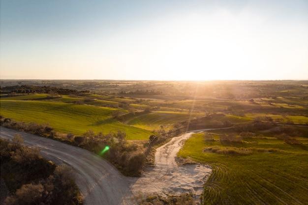 Bellissimo paesaggio con strada di campagna
