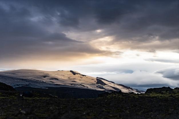 Красивый пейзаж с ледником на тропе fimmvorduhals во время заката, исландия.