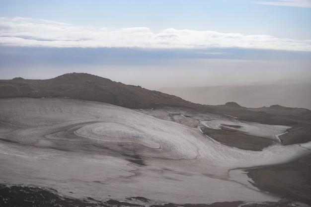 Красивый пейзаж с ледником на тропе fimmvorduhals в летний солнечный день, исландия.
