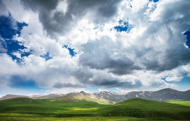 緑の山々と壮大な曇り空の美しい風景。アルメニアを探索する