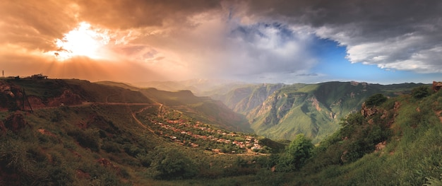 녹색 산과 일몰의 웅장한 흐린 하늘과 아름 다운 풍경입니다. 아르메니아 탐험
