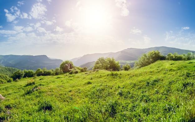 緑の山々と壮大な曇り空の美しい風景