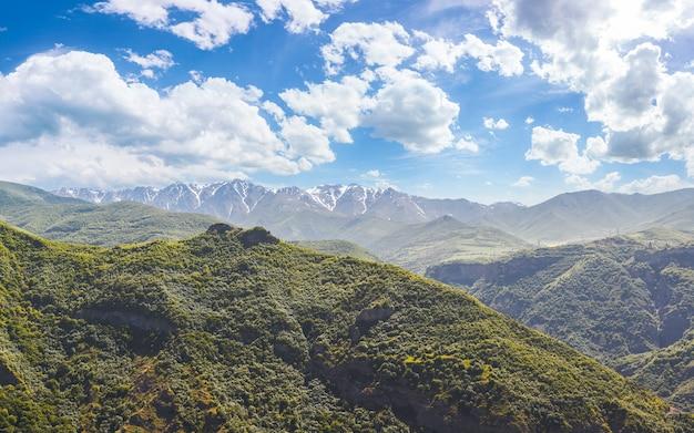 푸른 산과 장엄한 흐린 하늘이 있는 아름다운 풍경