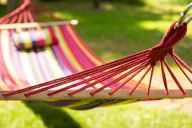 Красивый пейзаж с гамаком в летнем саду, солнечный день. выборочный фокус