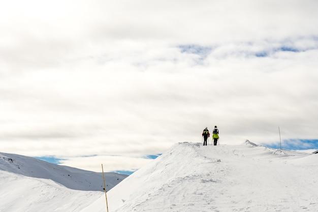 Красивый пейзаж с путешественниками на снежной вершине в южном тироле, доломиты, италия