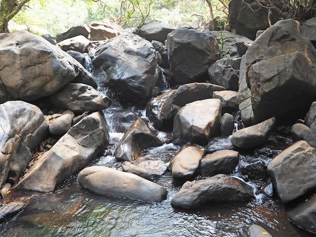 川がゆっくり流れる巨大な岩のある美しい風景