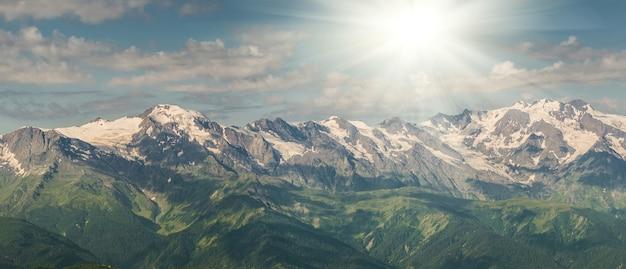 장엄한 산이있는 아름다운 풍경, 여행하기에 완벽한 장소