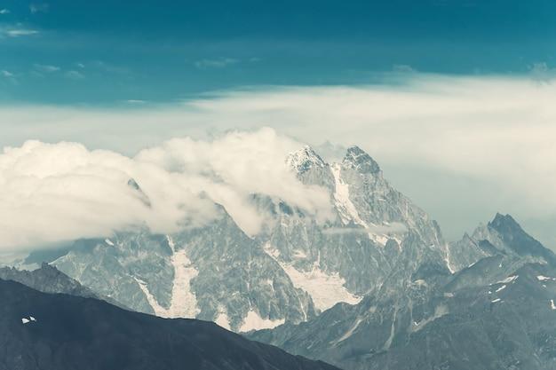 Красивый пейзаж с величественными горами, путешествующий вид. винтажная стилизация, ретро-пленочный фильтр