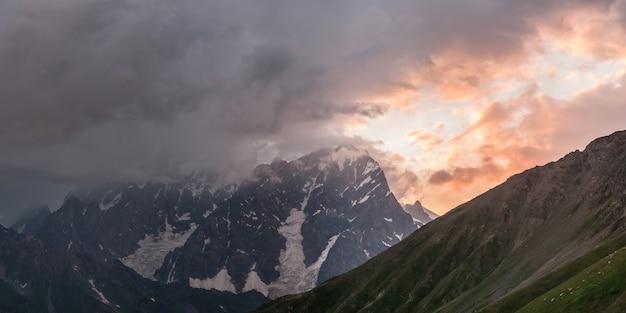 장엄한 산들이있는 아름다운 풍경