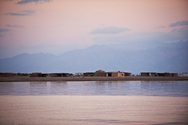 산과 잔잔한 바다와 아름다운 풍경