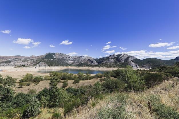 낮에는 산들과 아름다운 풍경