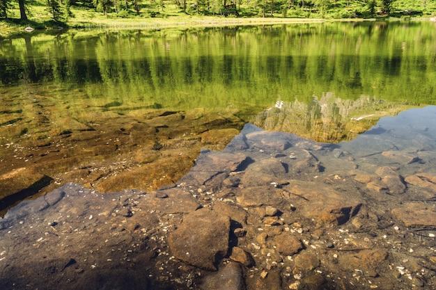 Красивый пейзаж с отражением в воде озера