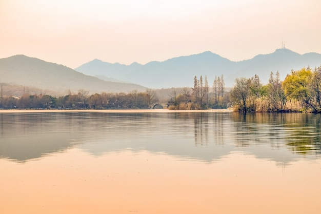 Красивый пейзаж с рекой и мостом в фоновом режиме
