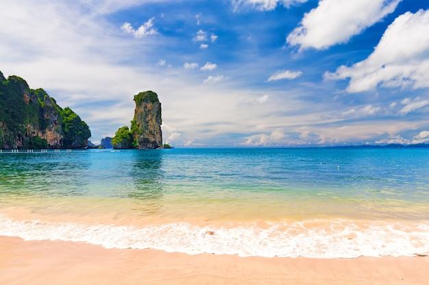 Красивый пейзаж со скалами и морем в краби. таиланд