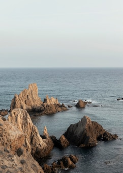 Красивый пейзаж с морем и скалами