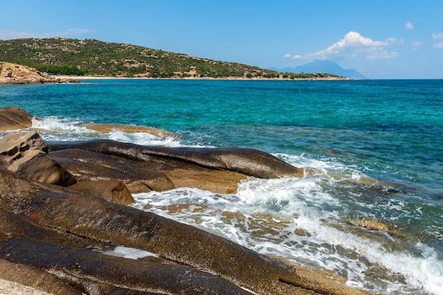海、岩、青い空の美しい雲のある美しい風景