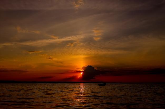 우크라이나에서 호수 svityaz 일몰과 함께 아름 다운 풍경입니다.