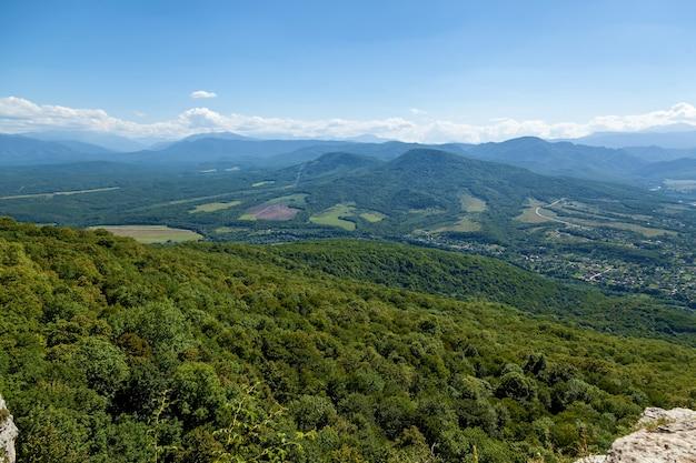Красивые пейзажи в адыгее зеленые высокие горы смотровые площадки на реке белая