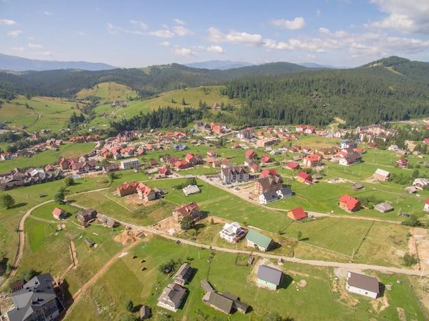 山の中の家の村の美しい風景