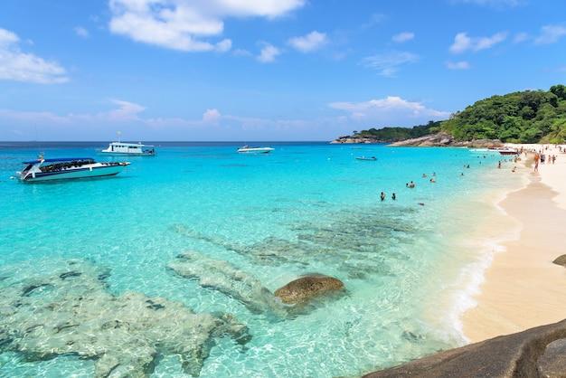 Красивые пейзажи неба над морем и туристы на пляже летом на острове ко мианг - достопримечательности, известные своим дайвингом в национальном парке му ко симилан, провинция панг нга, таиланд