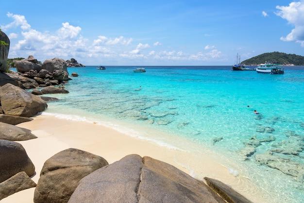Красивые пейзажи неба, моря и пляжа летом на острове ко мианг - достопримечательности, известные своими дайвингом, в национальном парке му ко симилан, провинция пханг нга, таиланд.