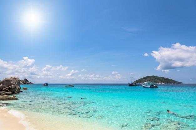 Красивые пейзажи солнца на небе над морем и пляж летом на острове ко мианг - достопримечательности, известные своим дайвингом в национальном парке му ко симилан, провинция панг нга, таиланд