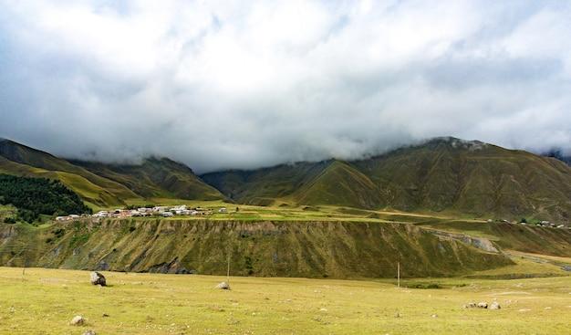 Красивые пейзажи с высокими горами грузии на высоте 2000 м над уровнем моря.