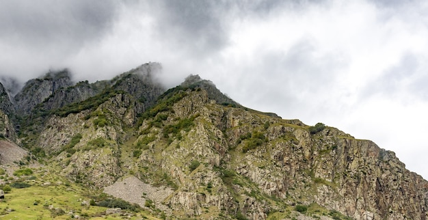 Красивые пейзажи с высокими горами грузии