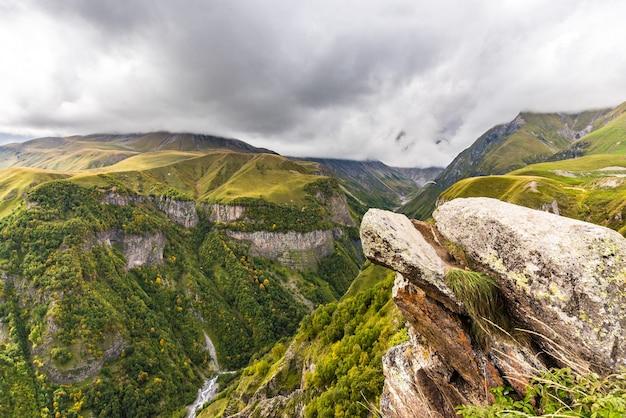 ジョージアの高い山々のある美しい風景